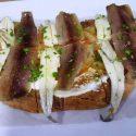 Pan de pueblo con sardinas anchoadas y boquerones.