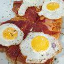 Pan de pueblo con jamón, salmorejo y huevos de codorniz